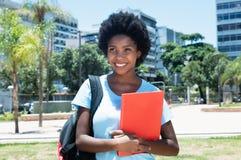 Amerykanina afrykańskiego pochodzenia żeński uczeń na kampusie uniwersytet Obrazy Stock