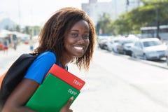 Amerykanina afrykańskiego pochodzenia żeński uczeń w mieście Zdjęcia Royalty Free