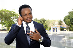 amerykanina afrykańskiego pochodzenia biznesmen opowiada telefon Fotografia Royalty Free