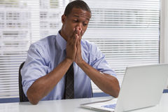 Amerykanina Afrykańskiego Pochodzenia biznesmen przy biurkiem z komputerem, horyzontalnym obrazy royalty free