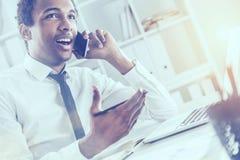 Amerykanina afrykańskiego pochodzenia biznesmen w biurze zdjęcia stock