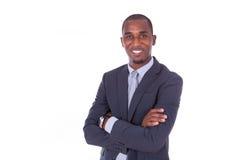Amerykanina afrykańskiego pochodzenia biznesowy mężczyzna z fałdowymi rękami nad białym backgr fotografia royalty free