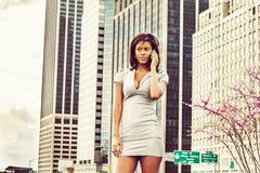 Amerykanina Afrykańskiego Pochodzenia bizneswoman opowiada na telefonie komórkowym, podróżuje, Fotografia Royalty Free