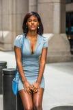 Amerykanina Afrykańskiego Pochodzenia bizneswomanu główkowanie na ulicie w Nowy Jork Obrazy Royalty Free