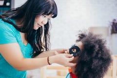 Amerykanina Afrykańskiego Pochodzenia dzieciak wspiera i pomagać wspierającym moAfrican Amerykańskim dzieciakiem wspiera i pomaga zdjęcia stock