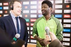 Amerykanina Afrykańskiego Pochodzenia futbolista Daje wywiadowi obrazy stock
