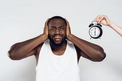 Amerykanina Afrykańskiego Pochodzenia gniewny mężczyzna zamyka ucho obrazy royalty free