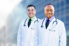 Amerykanina Afrykańskiego Pochodzenia i latynosa Męskie lekarki Na zewnątrz Szpitalnego b Obrazy Royalty Free