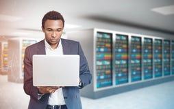 Amerykanina Afrykańskiego Pochodzenia mężczyzna, laptopu serweru pokoju wieloboki Fotografia Royalty Free