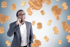 Amerykanina Afrykańskiego Pochodzenia mężczyzna na telefonie, dolarowi znaki Zdjęcie Royalty Free