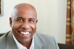 Amerykanina Afrykańskiego Pochodzenia mężczyzna ono Uśmiecha się Zdjęcia Royalty Free