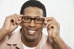 Amerykanina Afrykańskiego Pochodzenia mężczyzna Próbuje Na szkłach zdjęcie stock
