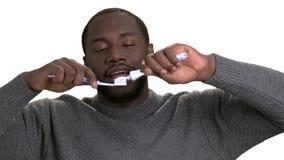 Amerykanina afrykańskiego pochodzenia mężczyzna stosuje pasta do zębów na toothbrush zdjęcie wideo