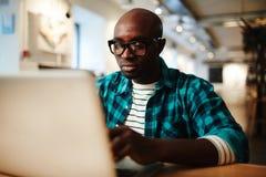 Amerykanina Afrykańskiego Pochodzenia mężczyzna używa laptop zdjęcia stock