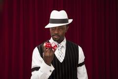 Amerykanina Afrykańskiego Pochodzenia męski hazardzista trzyma nad wielkościowymi kostka do gry w retro kostiumu Fotografia Royalty Free