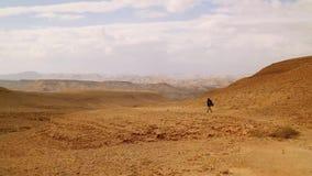Amerykanina afrykańskiego pochodzenia młodego człowieka podróżnik z Wycieczkować plecaka spacer w pustyni zdjęcie wideo