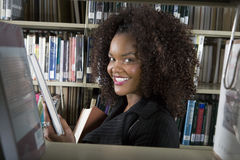 Amerykanina Afrykańskiego Pochodzenia mienia Żeńska książka zdjęcia royalty free