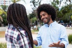 Amerykanina afrykańskiego pochodzenia modnisia mężczyzna flirtuje z kobietą Obrazy Stock