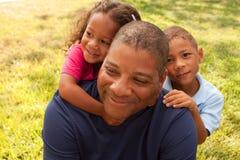 Amerykanina Afrykańskiego Pochodzenia ojciec i jego dzieci zdjęcie royalty free