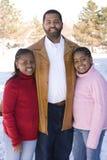 Amerykanina Afrykańskiego Pochodzenia ojciec i jego młode córki Zdjęcie Royalty Free