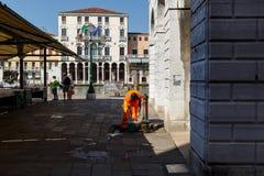 Amerykanina Afrykańskiego Pochodzenia pracownik Wenecja rybi rynek myje jego ręki Obraz Stock