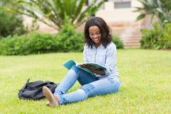 Amerykanina afrykańskiego pochodzenia studenta collegu czytanie obraz royalty free