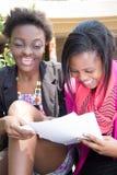 Amerykanina Afrykańskiego Pochodzenia uczeń przy stołówkowym studiowaniem Obrazy Royalty Free