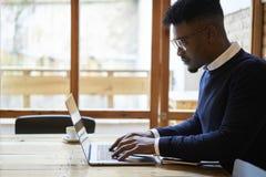Amerykanina afrykańskiego pochodzenia uczeń szkoła biznesu w ciemnym pulowerze i białej koszula Zdjęcie Royalty Free