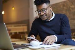 Amerykanina afrykańskiego pochodzenia uczeń szkoła biznesu w ciemnym pulowerze i białej koszula Obrazy Royalty Free