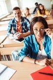 Amerykanina Afrykańskiego Pochodzenia ucznia dziewczyna zdjęcie stock