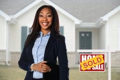 Amerykanina afrykańskiego pochodzenia agent przed domem Fotografia Stock