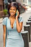 Amerykanina Afrykańskiego Pochodzenia bizneswoman opowiada na telefonie komórkowym na ulicie mnie Obrazy Stock