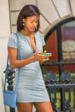Amerykanina Afrykańskiego Pochodzenia bizneswoman texting outside biuro w Nowym Yor Zdjęcie Stock