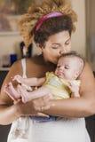 Amerykanina afrykańskiego pochodzenia macierzysty przytulenie jej dziecko Obrazy Royalty Free