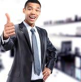 Amerykanina afrykańskiego pochodzenia biznesmen pokazuje ok Fotografia Stock