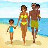Amerykanina afrykańskiego pochodzenia rodzinny chodzący szczęśliwy wzdłuż plaży Zdjęcie Stock