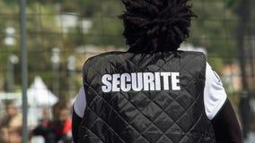 Amerykanina facet siedzi backwards przed sporta polem w ochrony kurtce fotografia stock