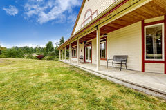 Amerykanina gospodarstwa rolnego domu powierzchowność Wielki intrance ganeczek z ławką zdjęcie royalty free