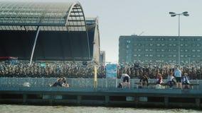 Amesterdam, die Niederlande, im Mai 2018: Moderne Architektur von Amsterdam - schwimmen Sie hinter dem enormen Parken für Fahrräd stock footage