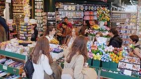 Amesterdam, Paesi Bassi, maggio 2018: Molti ospiti al mercato popolare del fiore del centro di Amsterdam grande stock footage
