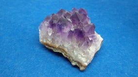 Amethyst камень над голубой предпосылкой Стоковая Фотография RF