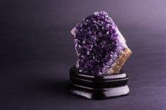 Amethyst geode на черной предпосылке стоковая фотография rf