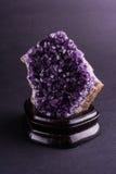 Amethyst geode на черной предпосылке стоковые фотографии rf