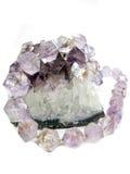 Amethyst geologische Kristalle und jewelery Korne Lizenzfreie Stockfotos
