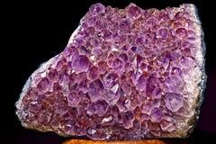 Amethystkristalldruse auf schwarzem Hintergrund Lizenzfreie Stockfotografie