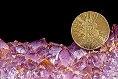 Amethystkristalldruse mit bitcoin Stockbilder