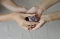 Ametist Crystal Being Passed Royaltyfri Foto