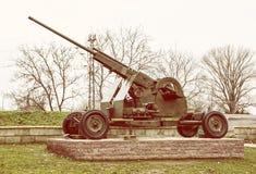 Ametralladora antiaérea, industria de la guerra, filtro amarillo de la foto fotografía de archivo