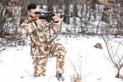 Ametralladora de la leña del hombre del ejército en campo de batalla Imagenes de archivo