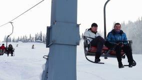 Ametralladora de la nieve en una cuesta del esquí